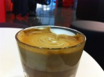 caffe latte i glas